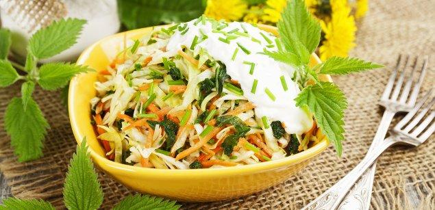 Салат из одуванчика и крапивы